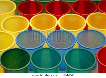 verschiedene Farbe Plastikbecher, isoliert auf weiss