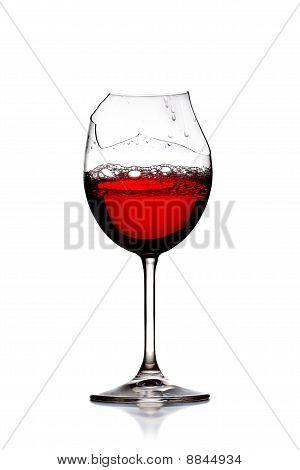 Vinho tinto em vidro quebrado