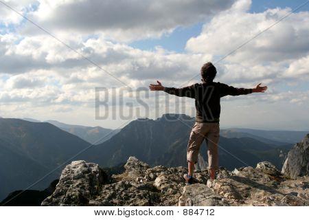 Mann mit ausgestreckten in Bergen