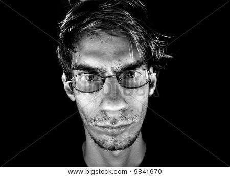 Hombre serio con gafas