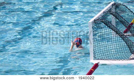 Wasserball-Goalie im Anschlag