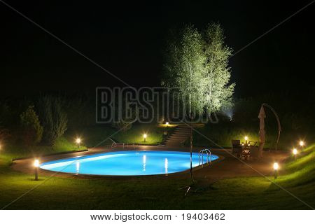 Pool und Garten bei Nacht