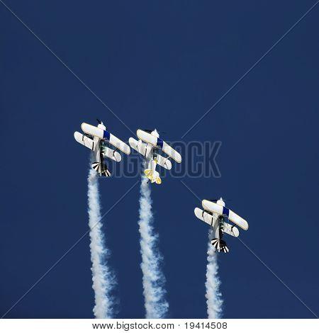 Drei Kunstflugmodell Flugzeuge fliegen gerade während einer airshow