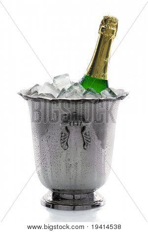 Fría botella de champagne en hielo con fondo blanco
