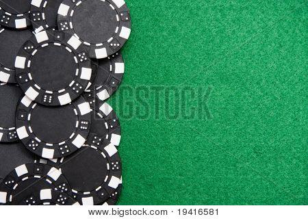 Fondo con espacio de copia del fieltro del negro juego de fichas en verde