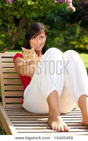 PET liebende anti-Allergie-Mädchen sitzen auf hölzernen Gartenstuhl