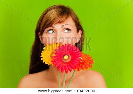 Mujer con colorido ramo de flores