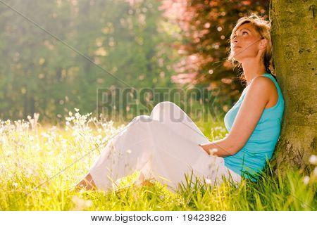 Weibliche Entspannungstag genießen Sommer