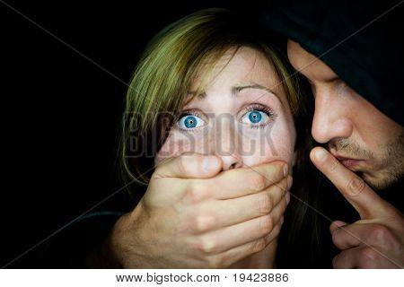 Hombre terrible boca de explotación femenina para hacer su silencio