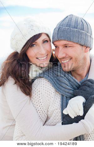 Feliz pareja saludable al aire libre disfrutando de la vida