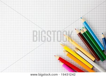 Lápices de colores en un papel de trazado