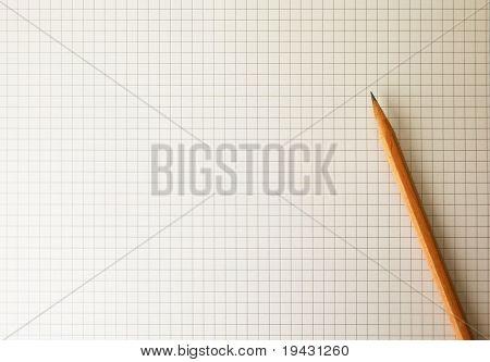 Ausarbeitung von Papier oder Millimeterpapier mit Bleistift unter warmen Glühlampen
