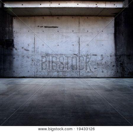 Espaço de concreto sujo com telhado