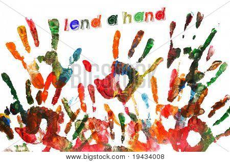 echar una mano, escrita sobre un fondo lleno de huellas de diferentes colores