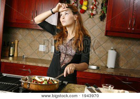 Cansados de cocinero preparando comida