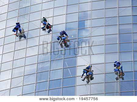 Sechs Arbeiter waschen windows
