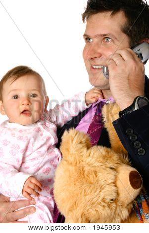 Kaufmann am Telefon halten Baby