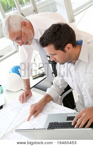 Arquitectos trabajando en la planificación
