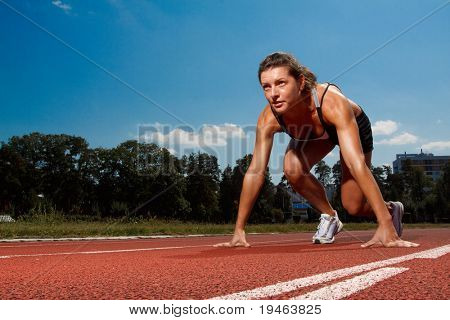 Atletische vrouw op het goede spoor beginnen te lopen
