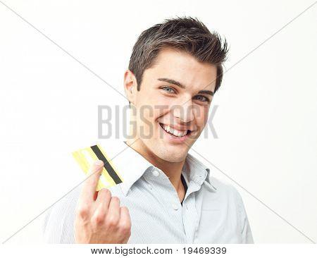 Jovem sorridente segurando o cartão de crédito