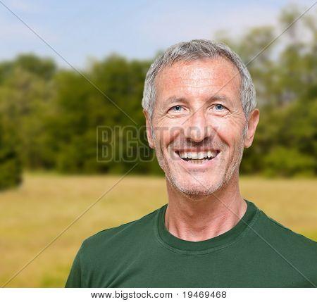 retrato do homem fazer atividade ao ar livre