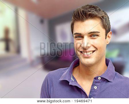 Feliz homem jovem bonito em casa