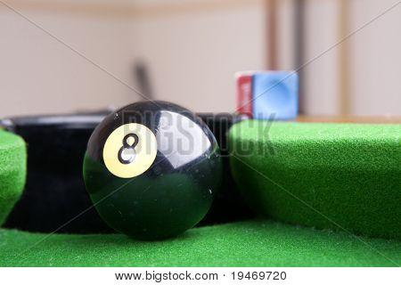 Cerca detrás de la bola ocho, baja profundidad