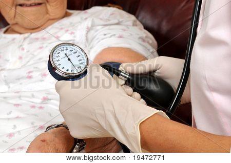Enfermera corrió mixta medir la presión arterial del paciente senior - serie de imágenes médicas.