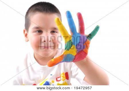 Seis años muchacho con manos pintado en pinturas de colores hacen un gran cinco