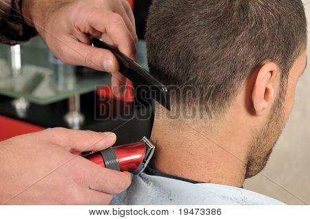 Friseur Haare schneiden mit clipper