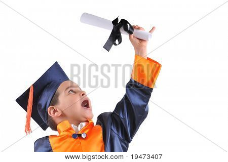 Elementare Boy wearing Graduation Cap and Gown hält sein Diplom