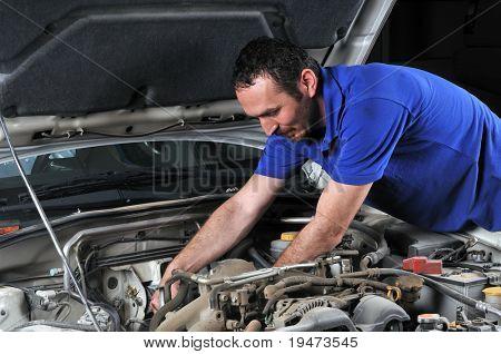 Mecánico trabajando en un coche - una serie de mecánico relacionado con imágenes.