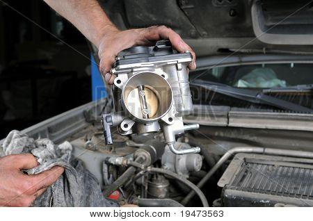 Auto manos de mecánico trabajando en coche - una serie de mecánico relacionadas con imágenes.