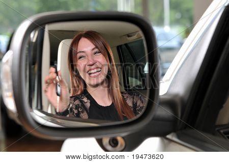 Reflejo de una mujer cabeza roja, comprar un auto nuevo - una serie de imágenes de comprar un coche nuevo.