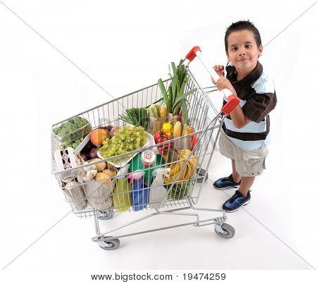 Chico guapo con carrito de la compra de comestibles aislado sobre fondo blanco - una serie de compras TROL