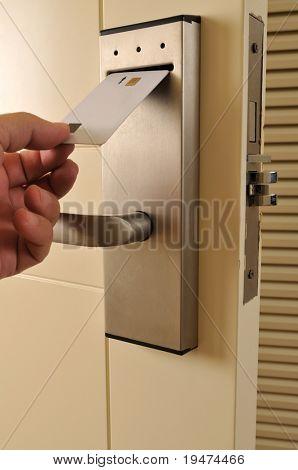 Eine Hand, die Keycard in die elektronische Sperre - eine Reihe von Hotelbilder einfügen.