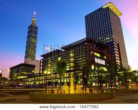 Nachtaufnahme und modernen Gebäuden