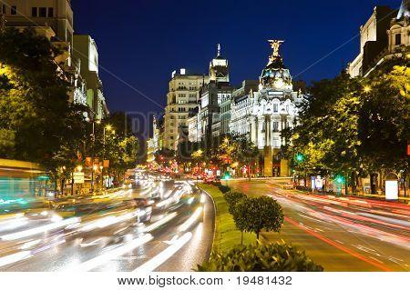 Tráfego de rua na noite de Madrid