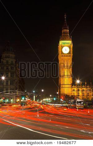 Verkehr in Nacht London, UK