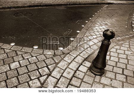 Lieber aus einem Stein mit Markierung für die Fußgänger.