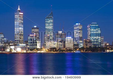 Western Australia - Perth Skyline de nadó Río de noche