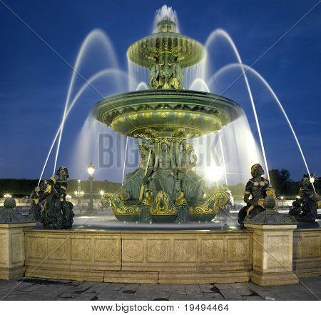 Francia, París: Fuente en la Plaza de la Concordia en la noche