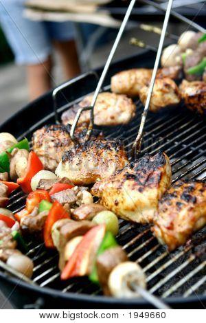 Hot Sizzling Fleisch und Gemüse auf Barbecue-Grill