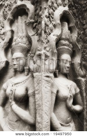 Weibliche Gottheiten (Apsaras) bei Angkor Tempel, Angkor, Kambodscha, Infrarot-Monochrome Bild.