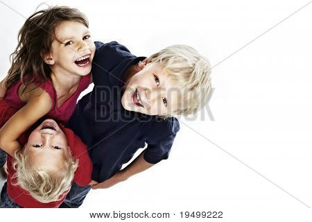 Lachend Kindergruppe umarmten einander und Nachschlagen, isolated on white Background mit Kopie
