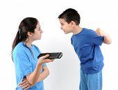 Постер, плакат: Брат и сестра сражаются за пульт дистанционного управления изолированные на белом фоне серии ТВ