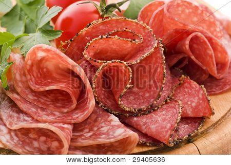 Salami en tabla de cortar