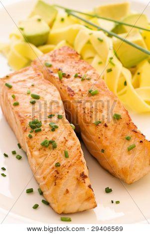 Lachs mit Tagliatelle und Früchte