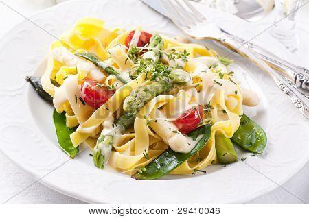 Nudeln mit Gemüse und sauce