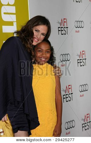 LOS ANGELES - NOV 6:  Jennifer Garner, Yara Shahidi arrives at the